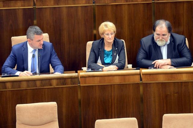 Na snímke zľava predseda NR SR Peter Pellegrini (Smer-SD), podpredsedníčka NR SR Jana Laššáková (Smer-SD) a podpredseda NR SR Miroslav Číž (Smer-SD)