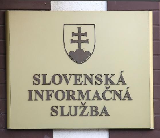 Na ilustračnej snímke tabuľa na budove SIS v Bratislave