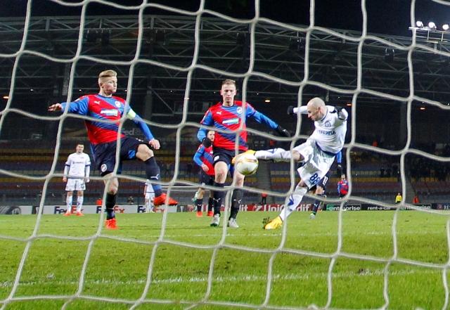 Na snímke vpravo hráč Minska Nenad Adamovič strieľa v 93. minúte gól v zápase E-skupiny Európskej ligy Dinamo Minsk - Viktoria Plzeň v Borisove