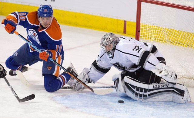 Na snímke vľavo hráč Edmontonu Nail Jakupov