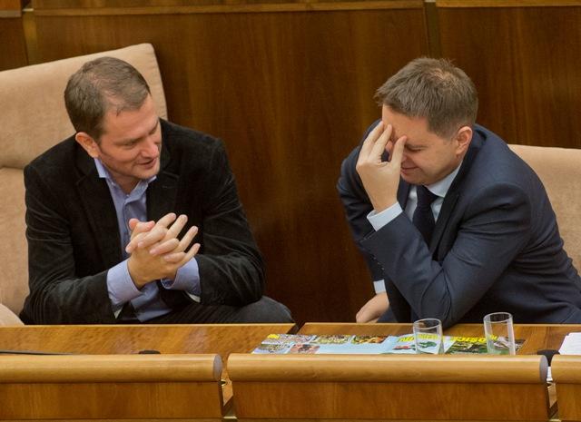 Na snímke vľavo opozičný poslanec NR SR za OĽaNO Igor Matovič a vpravo podpredseda vlády a minister financií Peter Kažimír
