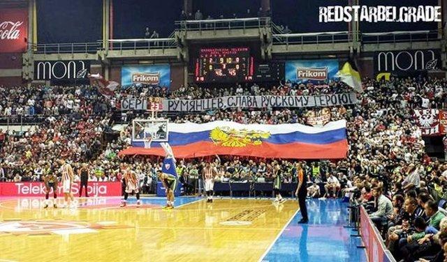 Srbskí fanúšikovia rozprestreli obrovskú ruskú zástavu a spievali Kaťušu