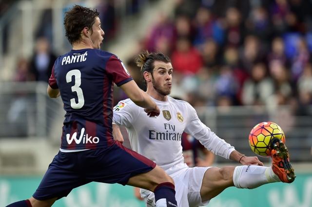 Futbalista Realu Gareth Bale (vpravo) má loptu pod kontrolou pred strelením gólu, vľavo hráč Eibaru Aleksandar Pantič, v zápase 13. kola španielskej La Ligy SD Eibar - Real Madrid v Eibare