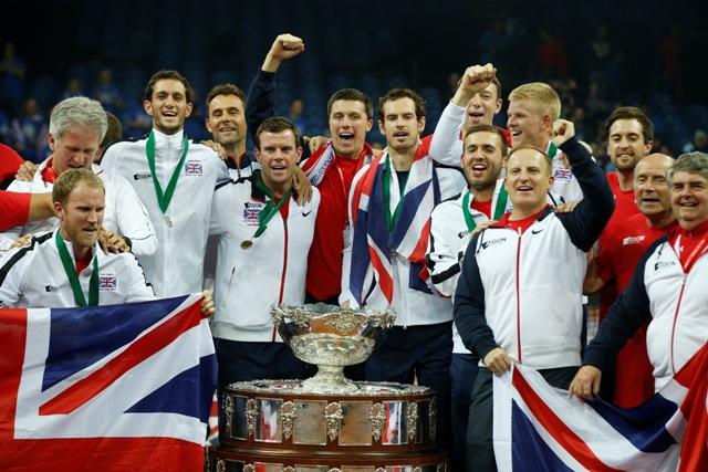 Na snímke tenisti Veľkej Británie pózujú fotografom s Davisovým pohárom, ktorý získali po výhre nad Belgickom vo finále v hale Flanders Expo v Gente