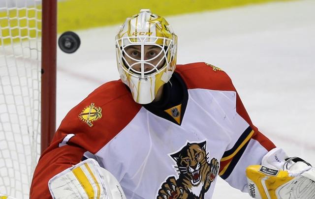 Na snímke brankár Floridy Roberto Luongo sleduje puk  v zápase hokejovej NHL Detroit Red Wings - Florida Panthers