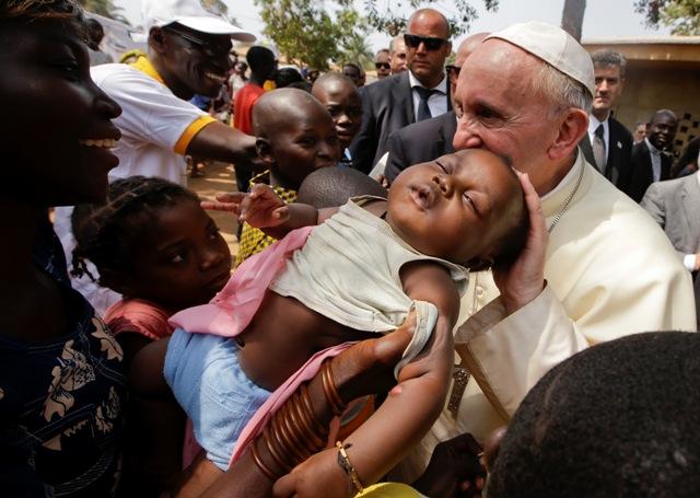 Pápež František žehná dieťaťu počas návštevy utečeneckého tábora v Bangui v Stredoafrickej republike