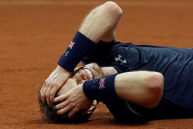 Obrovská radosť britského tenistu Andyho Murraya po výhre nad belgickým tenistom Davidom Goffinomi v tretej dvohre finále Davisovho pohára v hale Flanders Expo v Gente
