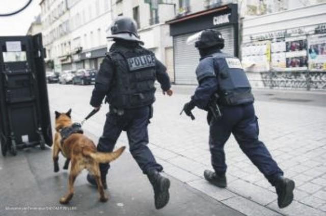 Na snímke z francúzskeho ministerstva vnútra  príslušníci špeciálnych policajných síl počas policajnej operácie v Saint-Denis pri Paríži v stredu 18. novembra 2015