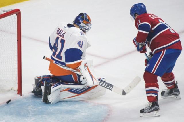 Brankár New Yorku Islanders Jaroslav Halák dostáva gól po strele Brendana Gallaghera z Montrealu canadiens počas zápasu zámorskej NHL v Montreale 5. novembra 2015