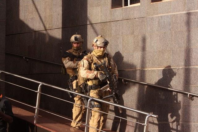 Na snímke malijskí vojaci odchádzajú z hotela Radisson Blu