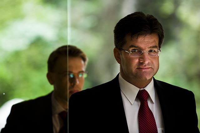 Na snímke minister zahraničných vecí Miroslav Lajčák a v pozadí jeho hovorca Peter Stano