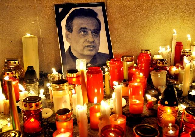 Snímka z tichej spomienky na vraždu advokáta Ernesta Valka