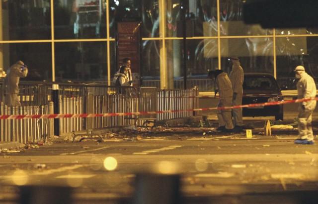 Na snímke policajti zebezpečujú miesto a stopy po teroristickom pri futbalovom štadióne v Paríži