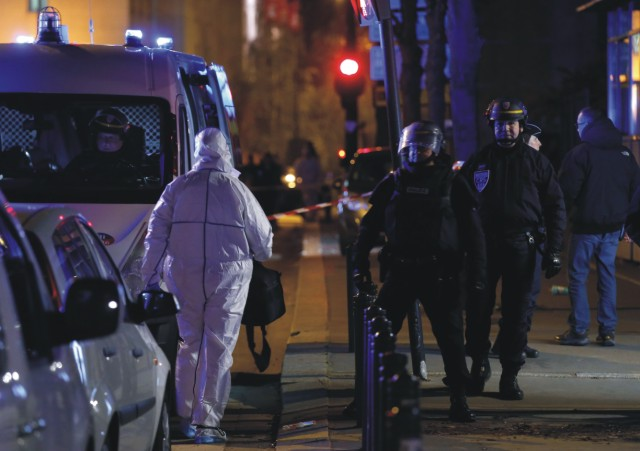 Policajti a technici v uliciach Paríža aisťujú stopy po odohratom teroristickom útoku