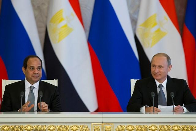 Na snímke ruský prezident Vladimir Putin (vpravo) počas spoločného vyhlásenia so svojím egyptským partnerom Abdalom Fattáhom Sísím