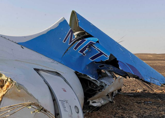 Na snímke zadná časť ruského lietadla Airbus A321, ktoré havarovalo v centrálnej časti egyptského Sinajského polostrova