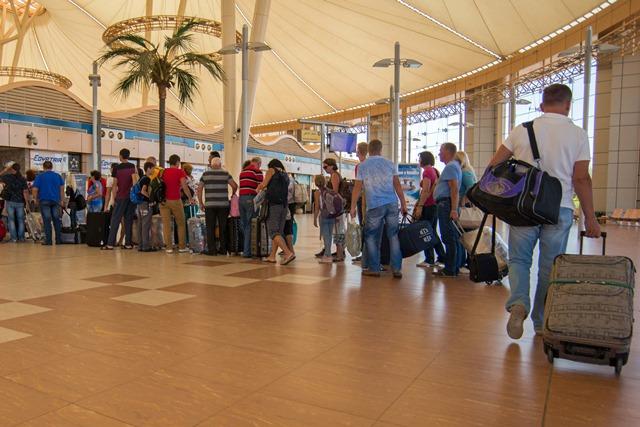 Na snímke  cestujúci čakajú v rade pred odletom na letisku v egyptskom prímorskom letovisku Šarm aš-Šajch