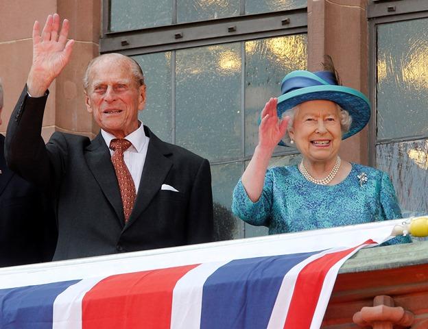 Na snímke britská kráľovná Alžbeta II. a jej manžel britský princ Philip