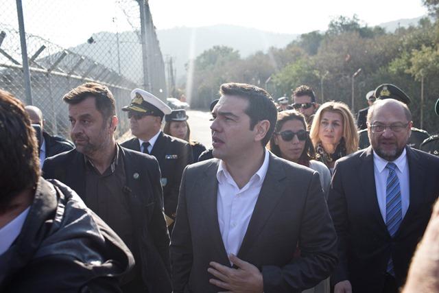 Na snímke grécky premiér Alexis Tsipras (v strede) a predseda Európskeho parlamentu Martin Schulz (vpravo) počas návštevy utečeneckého tábora Moria na severovýchodnom gréckom ostrove Lesbos
