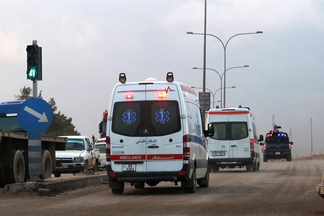 Na snímke sanitky odchádzajú z výcvikového policajného centra, kde jordánsky policajt spustil streľbu v Ammáne