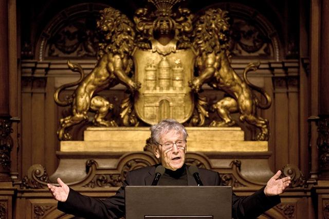 Na snímke izraelský spisovateľ a publicista Amos Oz