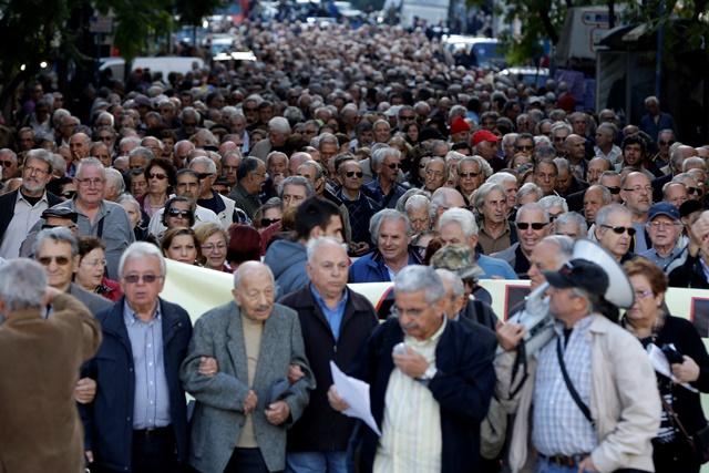 Na snímke protestujúci Gréci