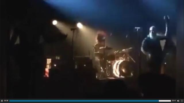 Skupina Eagles of Death Metal spieva pieseň venovanú diablovu, keď v tom teroristi spustili paľbu