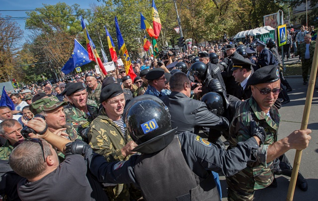 Na snímke polícia zasahuje proti demonštrantom