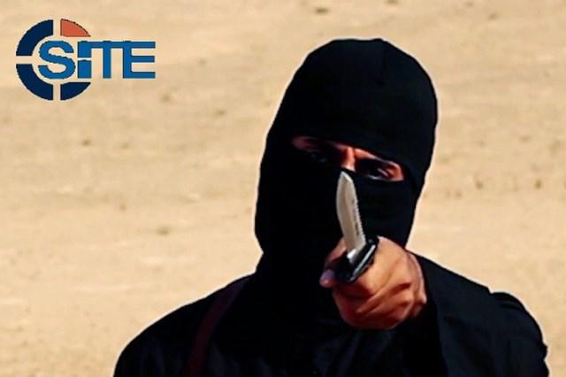 Na snímke z videa militantov Mohammed Emwazi, známy ako Džihádista John, drží nôž