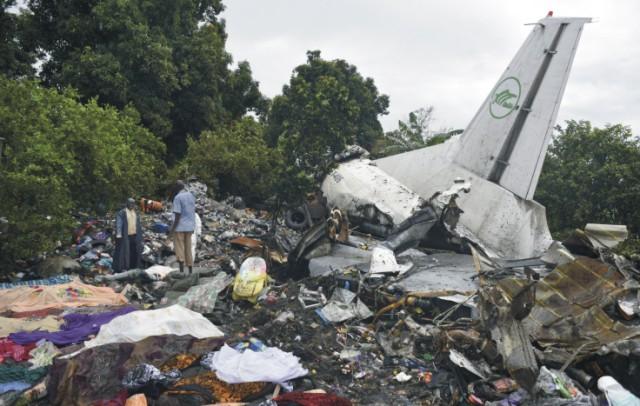 Na snímke záchranári prehľadávajú trosky nákladného lietadla An-12, ktoré havarovalo po štarte z letiska v hlavnom meste Južného Sudánu Džuba 4. novembra 2015. Na palube lietadla bolo 12 cestujúcich z Južného Sudánu (traja pád prežili) a šesť členov posádky - päť Arménov a pilot z Ruska. Lietadlo si prenajali podnikatelia a viezlo potraviny určené na predaj v štáte Horný Níl