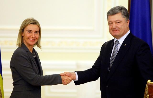 Na snímke ukrajinský prezident Petro Porošenko a vysoká predstaviteľka pre zahraničné veci a bezpečnostnú politiku Federica Mogheriniová