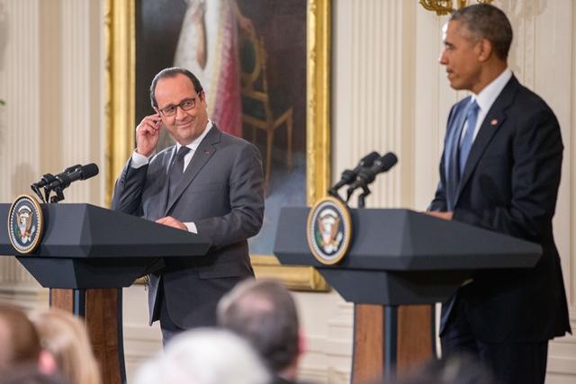 Na snímke francúzsky prezident Francois Hollande (vľavo) a americký prezident Barack Obama