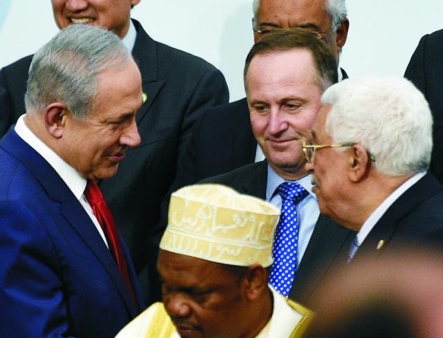 Na snímke uprostred vľavo Izraelský premiér Benjamin Netanjahu a palestínsky prezident Mahmúd Abbás