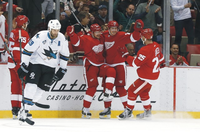 Ľavé krídlo Detroitu Red Wings Tomáš Tatar sa raduje po góle proti San Jose Sharks v zápase zámorskej NHL 13. novembra 2015 v Detroite