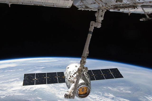 Na snímke SpaceX Dragon