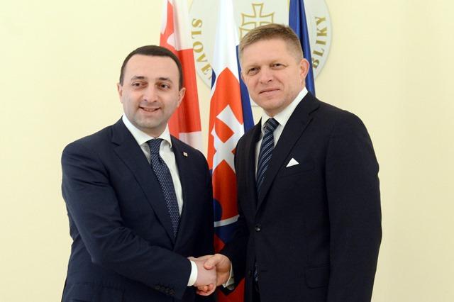 Na snímke predseda vlády SR Robert Fico (vpravo) a predseda vlády Gruzínskej republiky Irakli Garibašvili