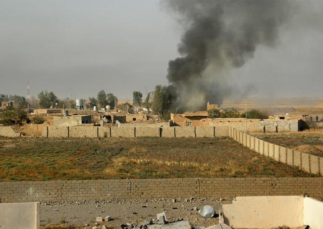 Na snímke dym stúpa z pozícií extrémistov