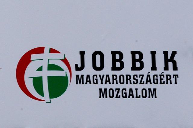 Na snímke bilbord na budove, kde sídli kancelária poslanca Jobbiku Istvána Szávaya