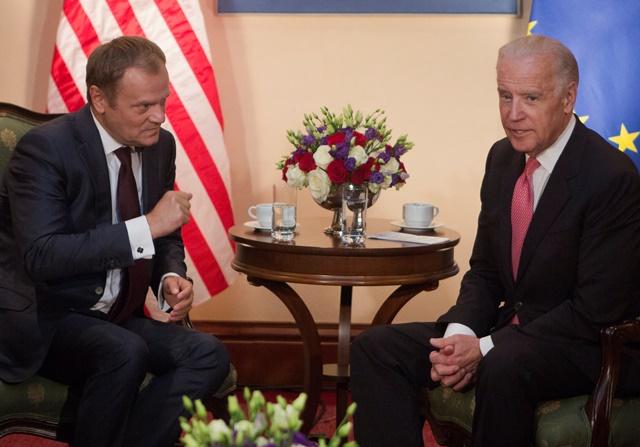 Na snímke  americký viceprezident Joe Biden (vpravo) sa rozpráva s predsedom Európskej rady Donaldom Tuskom