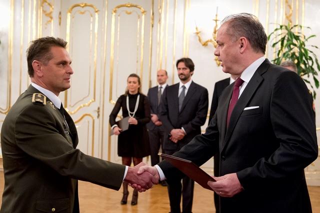 Na snímke vľavo povýšený brigádny generál Ľubomír Gacko
