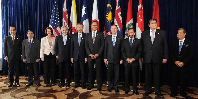 Na snímke lídri pacifických krajín spolu s prezidentom USA Barackom Obamom na jednom zo summitov v roku 2010, na ktorom sa rokovalo o TPP