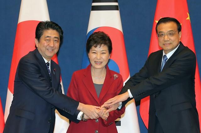 Na snímke juhokórejská prezidentka Pak Kun-hje (uprostred), čínsky premiér Li Kche-čchiang (vpravo) a japonský premiér Šinzó Abe pózujú na trojstrannom regionálnom summite v prezidentskom paláci v Soule