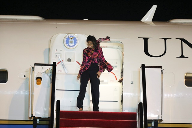 Na snímke prvá dáma Spojených štátov Michelle Obamová vystupuje z lietadla na letisku v katarskej metropole Dauha
