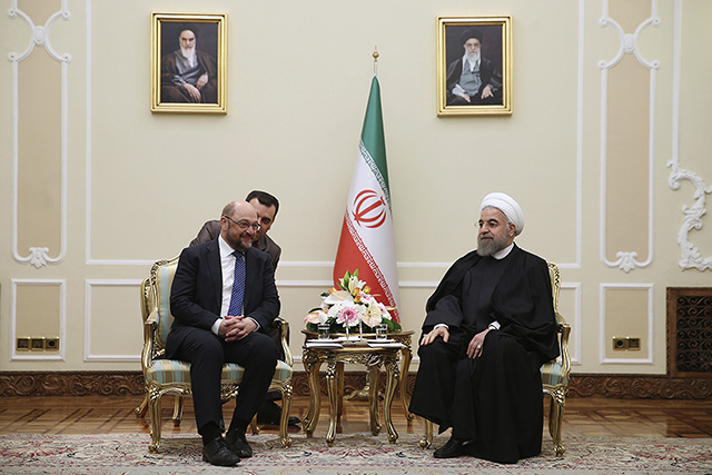 Iránsky prezident Hasan Rúhání (vpravo) sa rozpráva s predsedom Európskeho parlamentu Martinom Schulzom