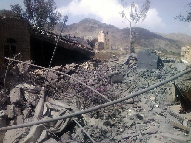 Pohľad na trosky po leteckom útoku saudsko-arabských vzduššných síl na nemocnicu v Saná 27. októbra 2015