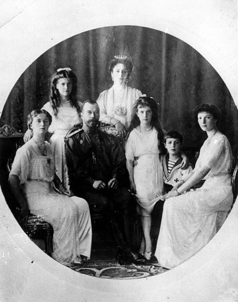 Na nedatovanej snímke ruský cár Mikuláš II. (druhý vľavo), cárovná Alexandra (uprostred hore) pózujú so svojimi deťmi. Dolný rad zľava princezná Oľga, cár Mikuláš II., princezná Anastasia, princ Alexej a princezná Tatiana. Horný rad zľava princezná Maria a cárovná Alexandra Fiodorovna