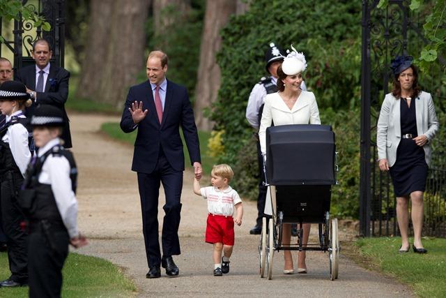 Na snímke britský princ William s manželkou Kate, synom princom Georgeom a malou dcérkou princeznou Charlotte