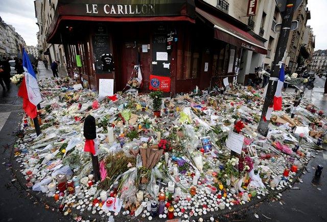 Na snímke kvety a sviečky položené pred reštauráciou Le Carillon