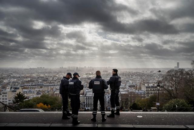Na snímke francúzski policajti hliadkujú pri kostole Sacre Coeur