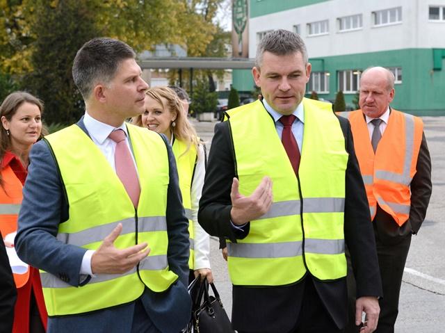 Na snímke Peter Pellegrini (vpravo) a generálny riaditeľ Heineken Odin Goedhart si prezerajú výrobné priestory závodu